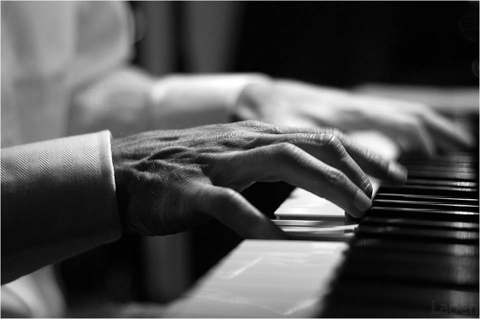 hands at the piano